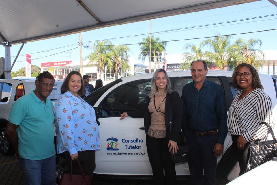 Prefeito Arlei Barbosa representa prefeitos do MS e recebe veículo das mãos da Ministra Damaris