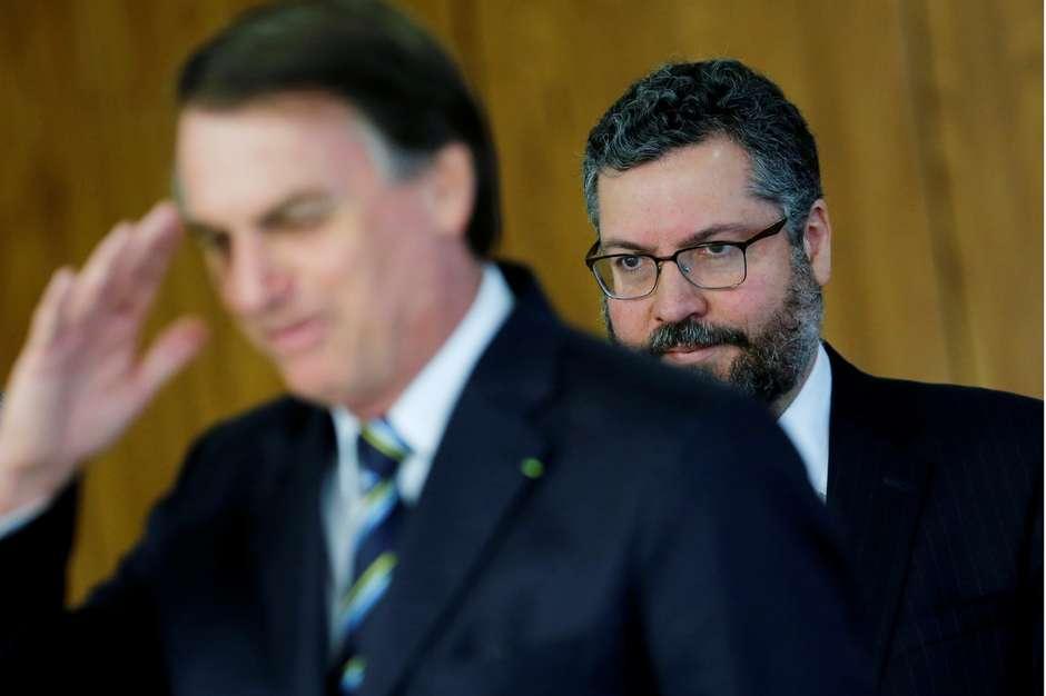 Bolsonaro anuncia que isentará chineses e indianos de visto