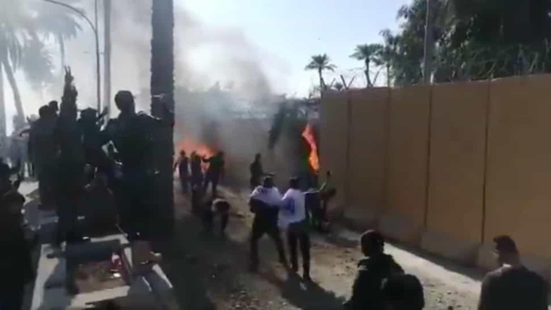 Milhares de iraquianos atacaram a embaixada dos EUA em Bagdá