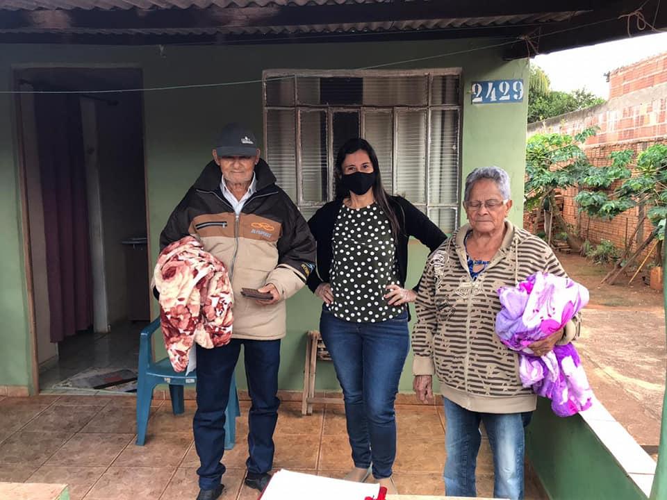 Administração municipal de Nova Alvorada do Sul realiza a entrega de cobertores e máscaras para os idosos do Projeto Conviver